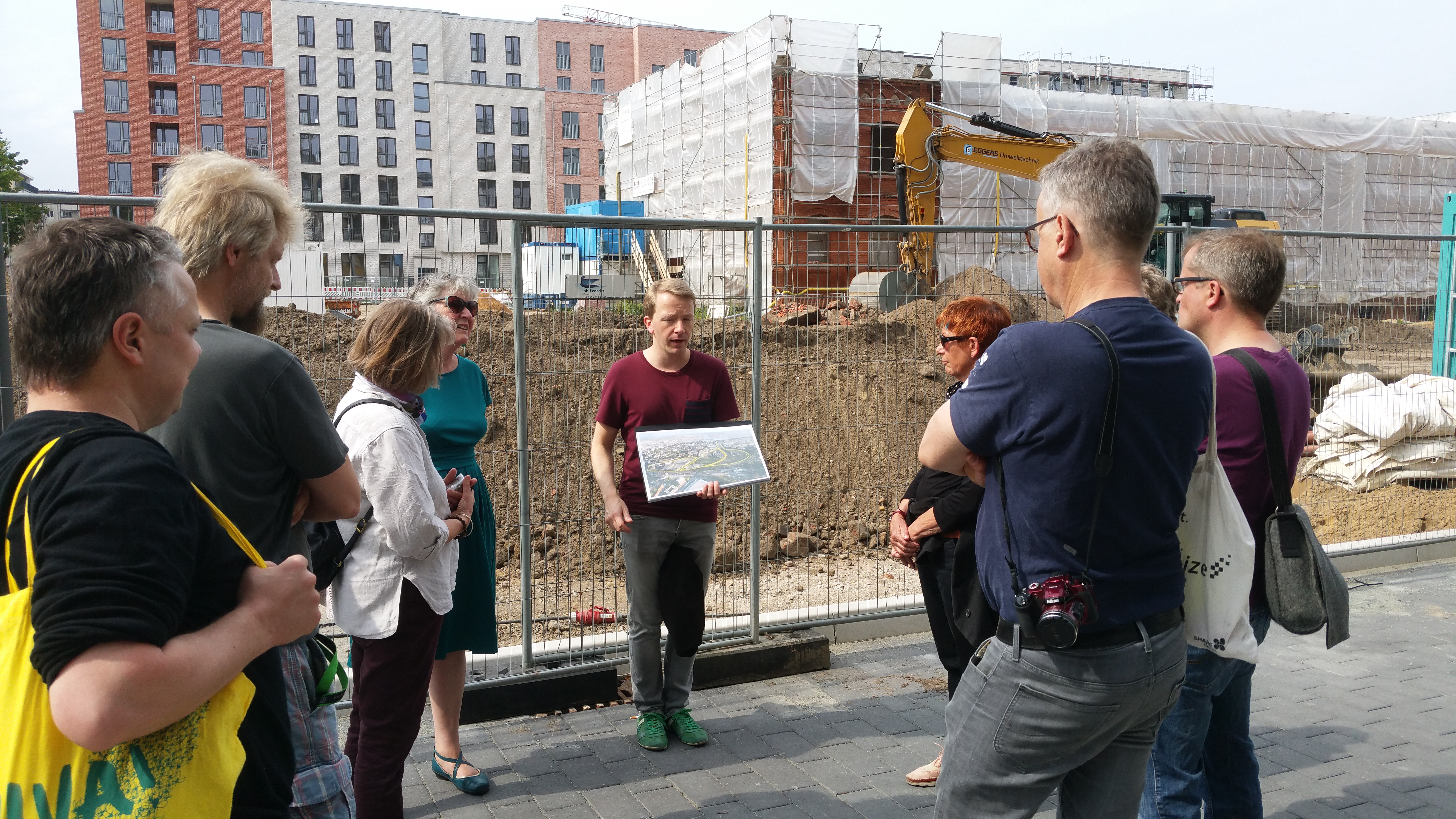 """Herr Seeringer (STEG, Hamburg) erklärte den Exkursionsteilnehmern das Mobilitätskonzept für """"Neue Mittel Altona"""""""