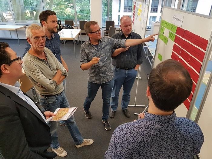 In Gruppen aufgeteilt diskutieren die Mitglieder des Projektbeirats über den Fuß- und Fahrradverkehr, den ÖPNV sowie den Autoverkehr im Quartier