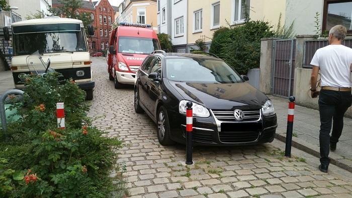 Ein krasses Beispiel: Hier wird sogar die Feuerwehrdurchfahrt in der Lessingstraße zugeparkt
