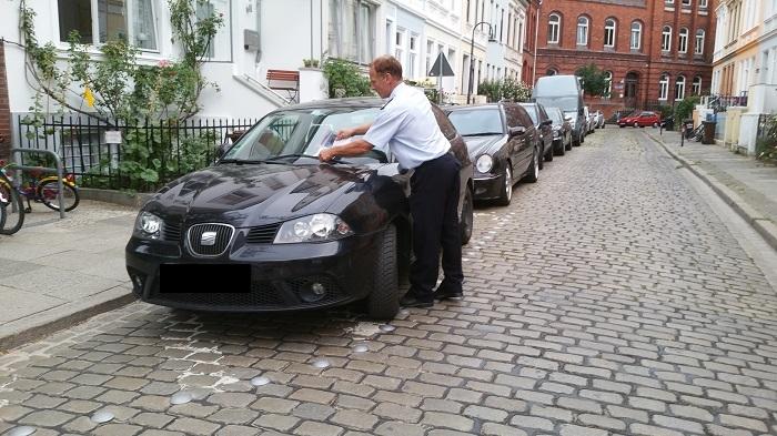 An zugeparkten Einmündungsbereichen gibt es kein Durchkommen für die Feuerwehr – Hier gibt es (noch) eine Verwarnung