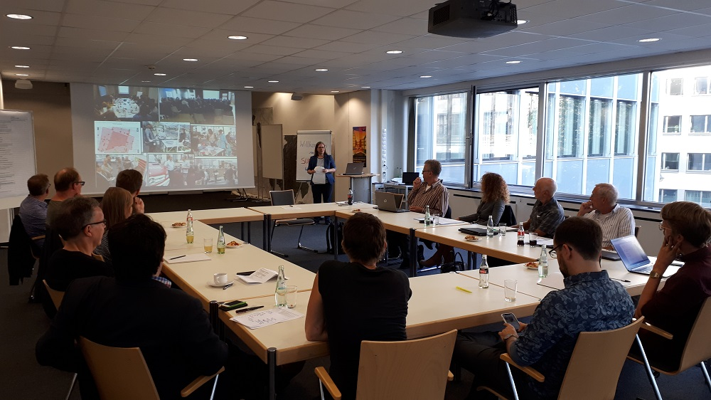 Susanne Findeisen (Der Senator für Umwelt, Bau und Verkehr) fasst den aktuellen Stand des Projekts für den Projektbeirat zusammen
