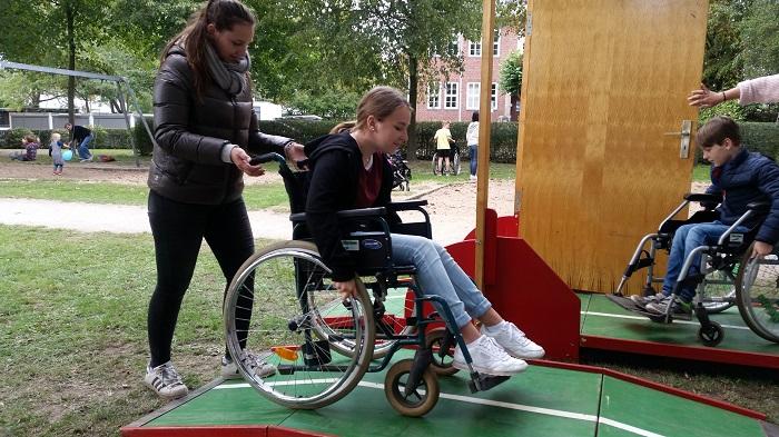 """Die """"Perspektivwechsel""""-Initiative mit ihrem Barrieren-Parcour für Seh- und Gehbehinderte"""